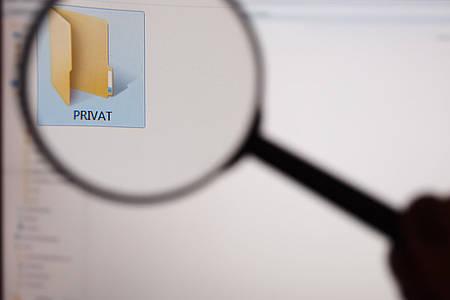 Lupe mit privatem Ordner auf einem Computer-Bildschirm