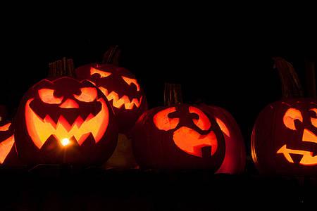 Halloween Kürbisse mit Kerzenlicht