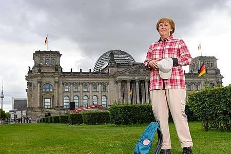 Die Wachsfigur von Bundeskanzlerin Angela Merkel (CDU) vor dem Reichstagsgebäude in Berlin. Foto: Jens Kalaene/dpa-Zentralbild/dpa