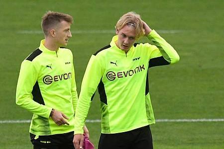 Könnten beim BVB gegen Sporting Lissabon wieder eingesetzt werden: Marco Reus (l) und Julian Brandt beim Training. Foto: Bernd Thissen/dpa