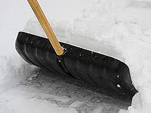 Schneeschippe im Schnee