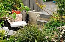 Gartenterasse mit Stuhl