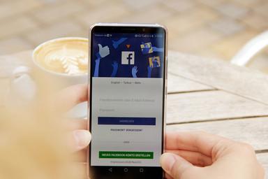 Facebook Login-Maske auf einem Smartphone
