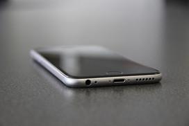 iPhone liegt auf dem Tisch