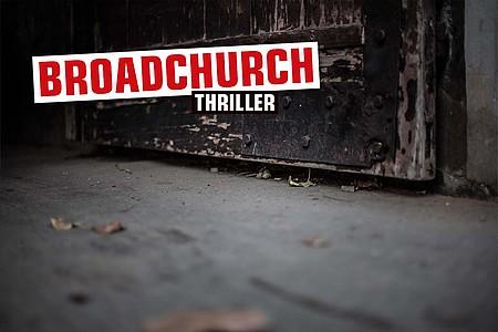 """Alte Tür mit Aufschrift """"Broadchurch"""""""