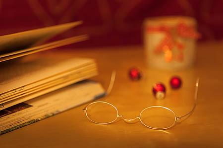 Aufgeschlagenes Buch und Lesebrille