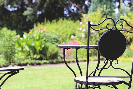 Tisch und Stuhl im Garten