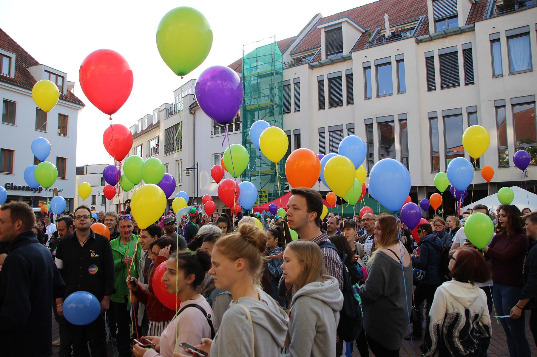 Bunte Menschenmenge auf dem Kolbeplatz