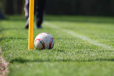 Fußball liegt auf dem Rasenplatz