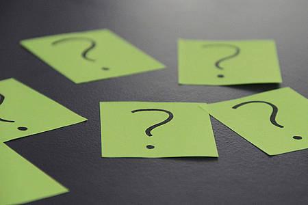 Zettel mit Fragezeichen