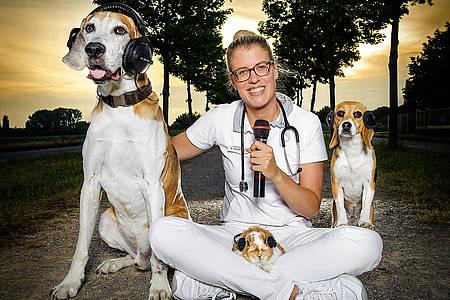 Doc Polly mit zwei Hunden und einem Hasen im Schoß