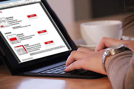Frau recherchiert am Laptop nach Möglichkeiten der Onlinewerbung auf radioguetersloh.de