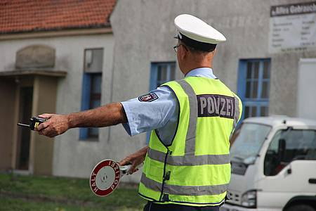 Polizei bei der Verkehrskontrolle